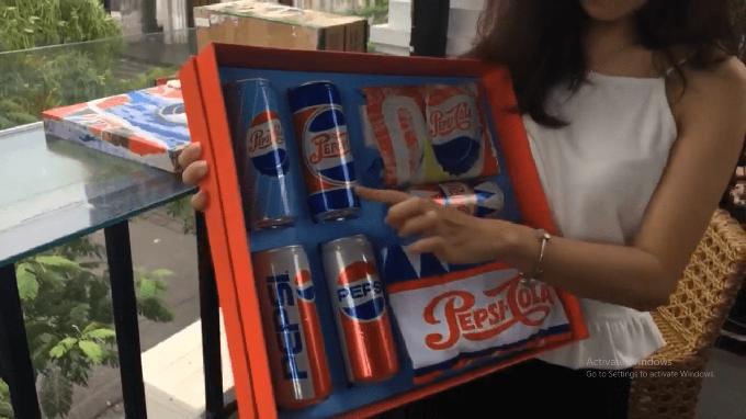 Chị cho biết rất thích mẫu lon Pepsi thập niên 40 với màu sắc bắt mắt.