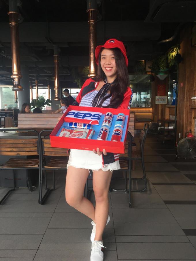 Tiếp tục quay trở lại Hồ Hoàn Kiếm, lần này là từ góc nhìn xuống Cầu Thê Húc. Ở đây có rất nhiều phần thưởng, mà nổi bậc nhất là chiếc nón có in hình Pepsi cùng với bộ quần áo Pepsi x ZONER màu đỏ cực phong cách. Sau khi trả lời 4 câu slogan đã được Pepsi sử dụng tại Việt Nam và thắng cuộc, chị Thảo cho biết thích thiết kế thập niên 60 bởi sự trẻ trung, năng động và phù hợp với lứa tuổi.