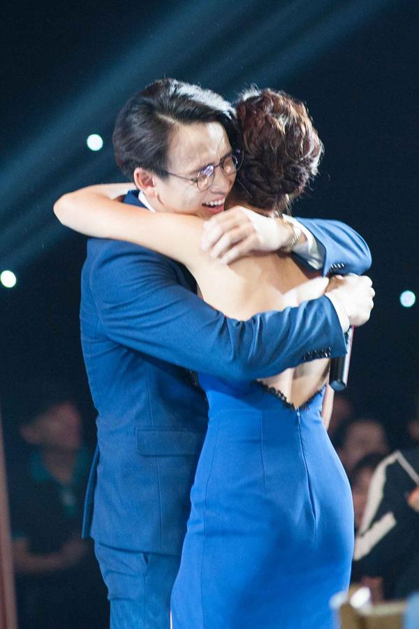 Quang Bảo khóc, Hoàng Oanh ôm chặt anh - 2