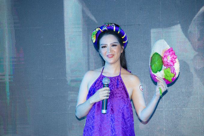 Ca sĩ Đinh Hiền Anh rạng rỡ dự sự kiện
