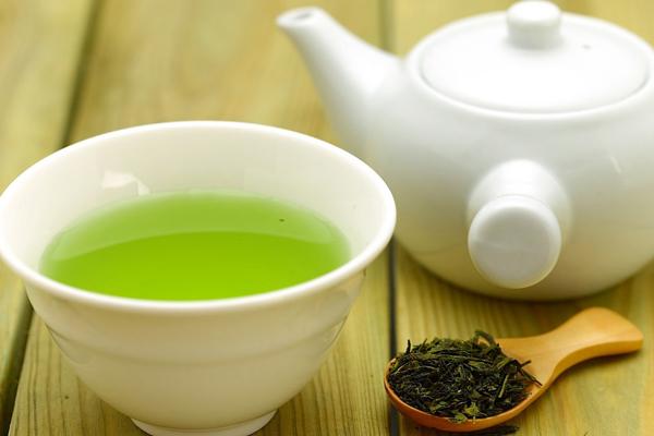 Đun một ấm trà xanh và để nguội rồi dùng vải sạch ngâm trong nước trà xanh,đắp lên vùng da bị cháy nắng trong 10 -15 phút.