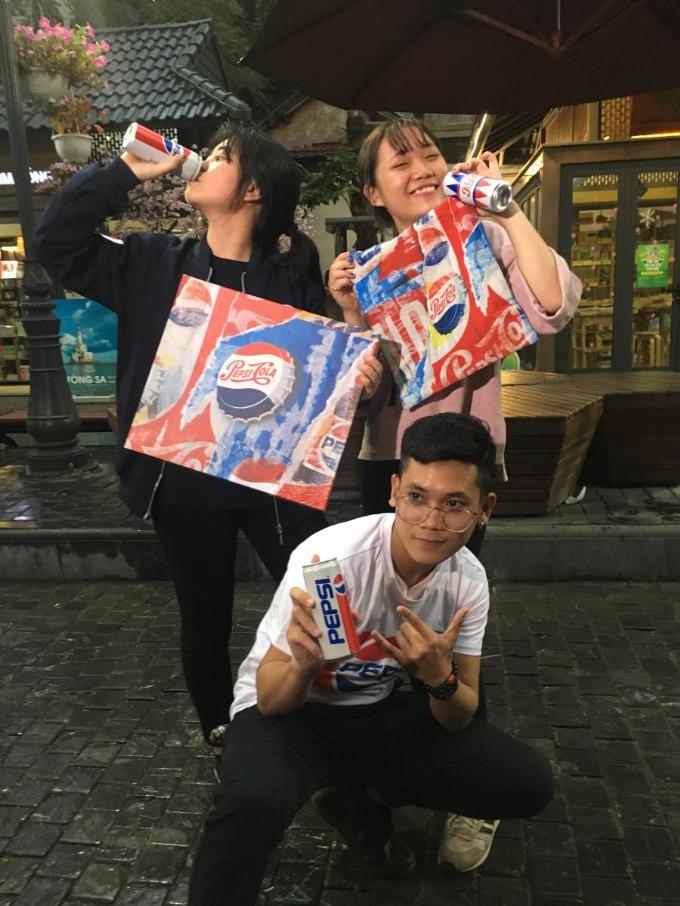 Mang đến phố sách một luồng gió trẻ và chất chính là một thử thách thú vị Nếu là người được chọn để quảng cáo cho Pepsi, bạn sẽ làm gì? Các bạn trẻ tại đây đã không ngần ngại phô bày hết khả năng diễn xuất của mình và mang về một chiếc áo Jacket Pepsi độc đáo.
