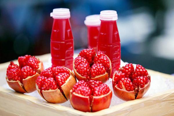 Uống nước ép trái cây là cách tuyệt vời để bổ sung vitamin cho cơ thể.