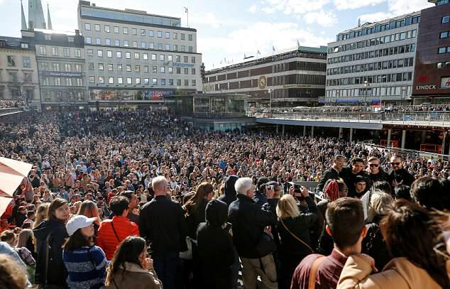 Hàng nghìn người hâm mộ tụ hội ở trung tâm Stockholm ngày 21/4 để tưởng nhớ Avicii.