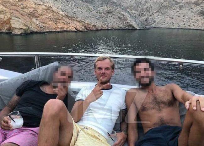 Avicii vui chơi cùng bạn bè ở Oman một ngày trước khi mất.