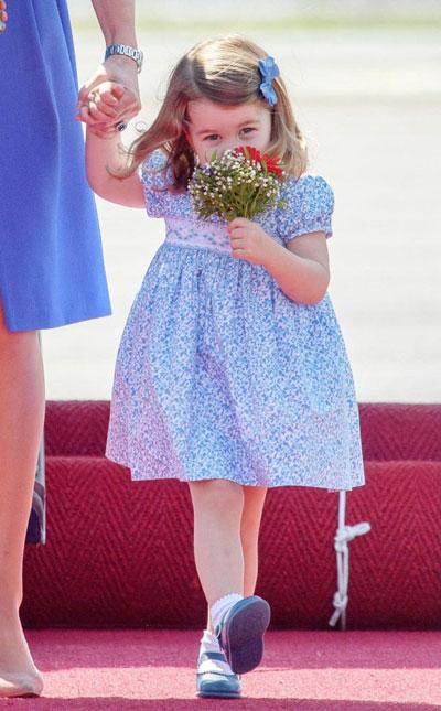 Charlotte thưởng hoa như một nàng công chúa duyên dáng. Ảnh: Rex Features.