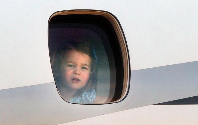 Cô bé thường xuyên đi máy bay khắp nơi. Ảnh: PA.