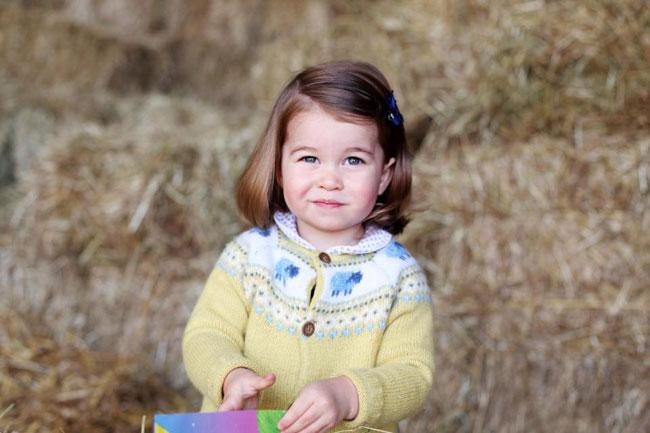 Charlotte diện áo len vàngtrong lần sinh nhật 2 tuổi. Ảnh: Reuters.
