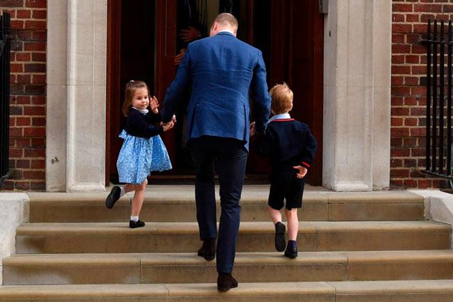 Charlotte và anh trai được bố đưa đi thăm em trai mới sinh ở Lindo Wing. Ảnh: AFP.