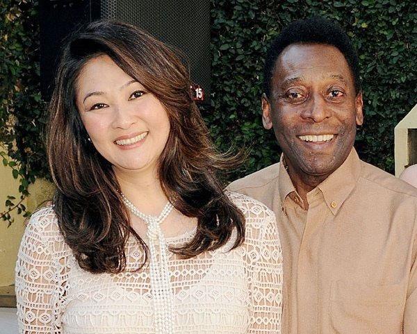 Năm 2016, Vua bóng đá Pele tổ chức đám cưới với nữ thương gia gốc Nhật Marcia Cybele Aoki khi ông bước vào tuổi 75 còn cô dâu cũng 50 tuổi.