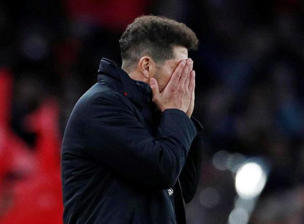 HLV Diego Simeone ôm mặt ngán ngẩm khi đội bóng chơi thiếu người ngay ở phút thứ 10.
