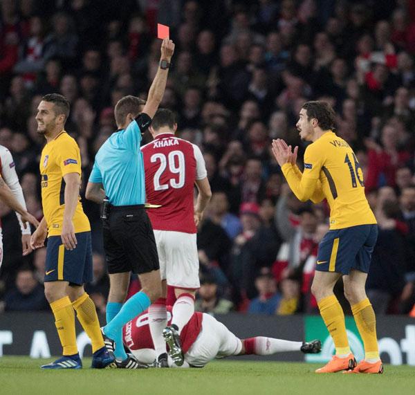 Arsenal tiếp Atletico Madrid trên sân nhà Emirates ở lượt đi bán kết Europa League rạng sáng 27/4 vài ngày sau thông báo ra đi của HLV kỳ cựu Wenger. Đội bóng thành London gặp thuận lợi ngay ở phút thứ 10 khi tiền vệSime Vrsaljko bên phía Atletico nhận thẻ vàng thứ hai phải rời sân.