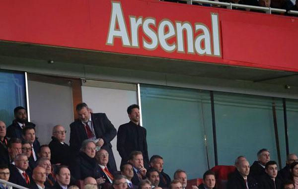 Chiến lược gia Atletico lên khu khán đài Arsenal đứng gần chỗ ngồi của Giám đốc điều hành Pháo thủ.