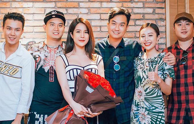 Diệp Lâm Anh và vị hôn phu chụp ảnh cùng bạn bè trước khi rời rạp phim ra về.