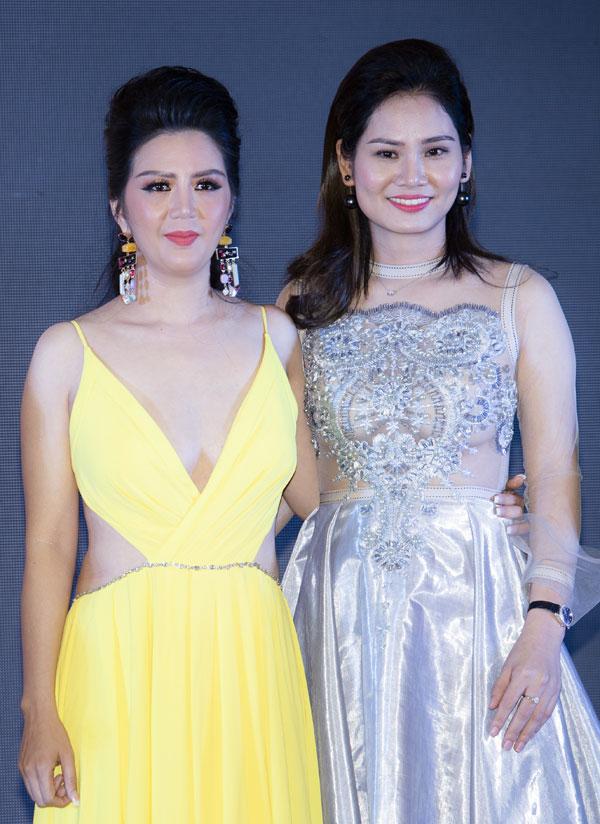 Tại sự kiện, nữ ca sĩ được xướng tên khilọt top 50 doanh nhân nổi bật từng lên trang bìa của ấn phẩm Doanh nhân và Pháp luật.