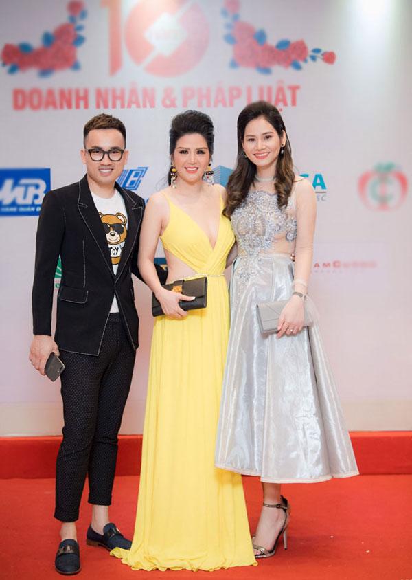 Từ trái sang phải: Nhà thiết kế Hà Duy, nữ ca sĩ - doanh nhân Đinh Hiền Anh và Hà Bùi.