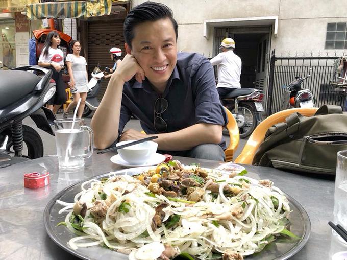 Anh Hai Lam Trường không ngại ngồi lề đường ăn món bình dân.