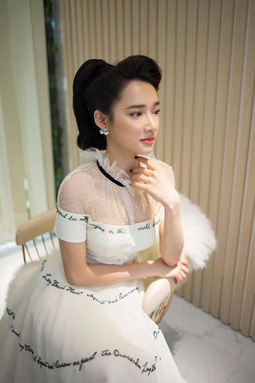 Chuyên gia trang điểm Minh Lộc hé lộ hình ảnh kiêu sa của Nhã Phương trong hậu trường. Cô đang diện một chiếc đầm của nhà thiết kế Lê Thanh Hoà.