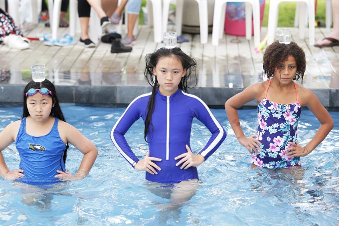 Một trong những phần thu hút ở buổi học lần này là màn trình diễn catwalk trong bể bơi và giữ thăng bằng không làm rơi ly nước trên đầu.