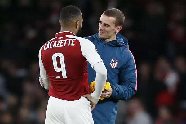 Griezmann và Lacazette đổi áo sau khi trận đấu kết thúc