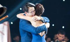 Hoàng Oanh ôm chặt Quang Bảo khi anh khóc vì xúc động