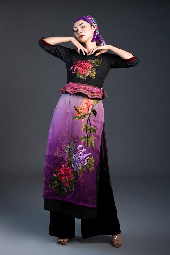 Vải thổ cẩm của người HMong được NTK Vũ Việt Hà khéo léo tạo làm điểm nhấn trên trang phục, lúc ở cánh tay áo, lúc lại ởphần peplum xoè điệu đà.