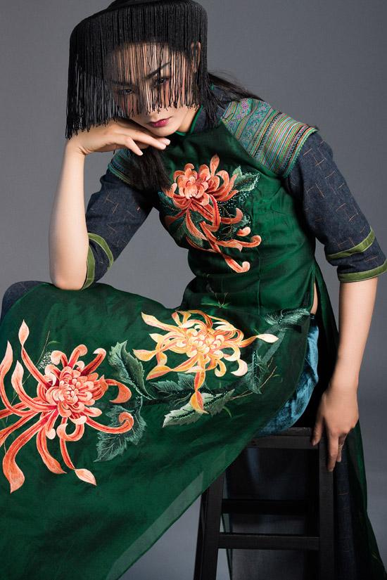 Vũ Việt Hà chia sẻ rằng, màu sắc của vải thổ cẩm như sợi chỉ kết nối giữa nét đẹp của người phụ nữ dân tộc thiểu số với vẻ năng động của phụ nữ ở thành thị.