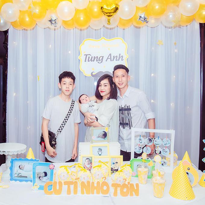 Nghiêm Xuân Tú cùng vợ con chụp ảnh lưu niệm cùng em trai. Em trai Xuân Tú cũng đang trên con đường theo đuổi sự nghiệp bóng đá chuyên nghiệp ở lò đào tạo PVF.