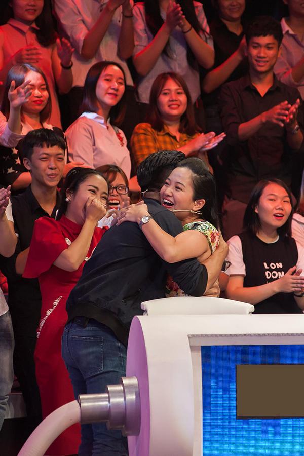 Vợ chồng Quốc Cơ - Hồng Phượng ôm chặt nhau khi tham gia gameshow