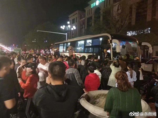 Người dân tụ tập trước cổng bệnh viện để chờ hiến máu cho những người bị thương. Ảnh: Shanghaiist.