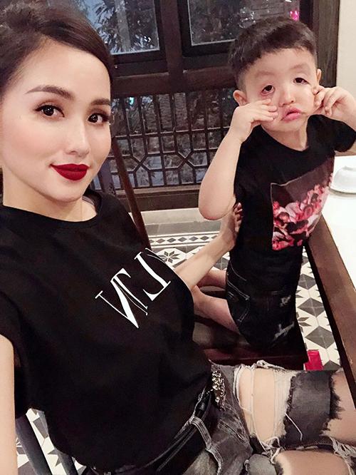 Tâm Tít xin một kiểu ảnh với con trai nhưng cậu bé bất hợp tác với mẹ. Cô viết: Giờ xin một kiểu ảnh tử tế khó lắm.
