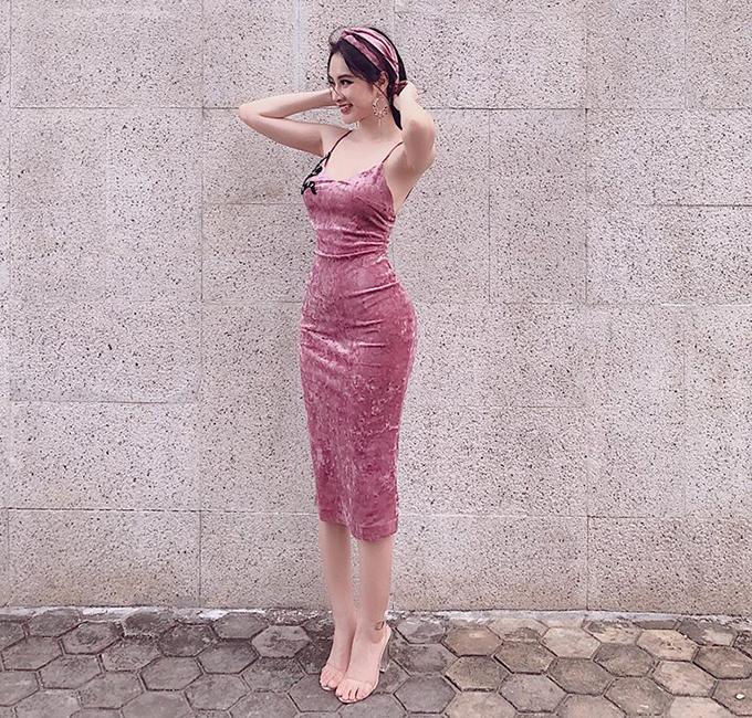 Angela Phương Trinh khoe dáng thon nuột nà, vòng nào ra vòng nấy với chiếc váy ôm bó sát.