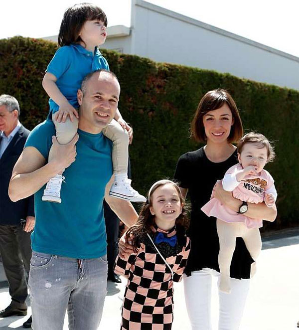 Iniesta cùng vợ và ba con tới buổi họp báo chia tay.