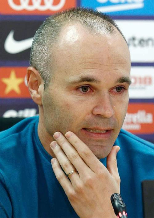 Tiền vệ tài hoa rớt nước mắt trong buổi thông báo ra đi cuối mùa giải sau 22 năm gắn bó với đội bóng xứ Catalonia.