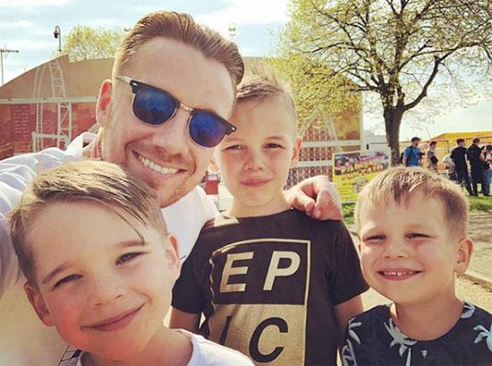 Cựu tiền vệ Spurs bên ba con trai, kết quả cuộc hôn nhân với vợ cũ Danielle Lloyd.