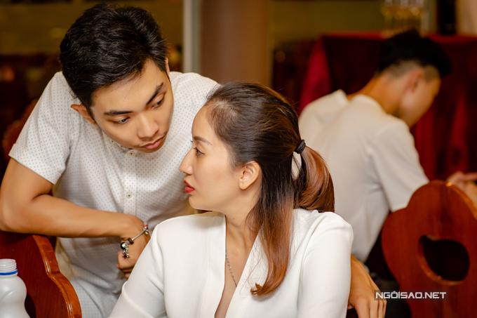 Từ ngày vợ bầu bí, Phan Hiển luôn ở bên chăm sóc chu đáo. Khánh Thi từng tiết lộ, thời gian nghén cô mệt mỏi đến mức chỉ muốn đánh chồng. Tuy nhiên, ông xã vẫn hết sức chiều chuộng và vui vẻ đểvợ hành.
