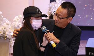 MC Lại Văn Sâm bất ngờ khi Lâm Vĩ Dạ đeo khẩu trang dự họp báo