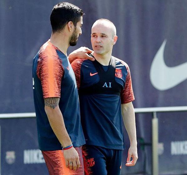 Suarez đăng ảnh chụp với Iniesta nhưng vắng mặt trong buổi họp báo của đồng đội.