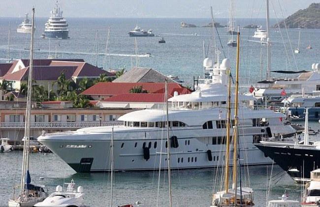 Với sự nghiệp âm nhạc thành công, Sean Combs không tiếc tiền bỏ ra 72 triệu USD để tậu du thuyền riêng. Trên du thuyền của anh cũng có rạp chiếu phim, sân khấu, sàn tiệc, quần bar.