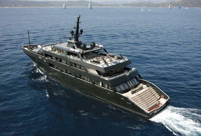 Du thuyền của nhà thiết kế thời trang Giorgio Armani .