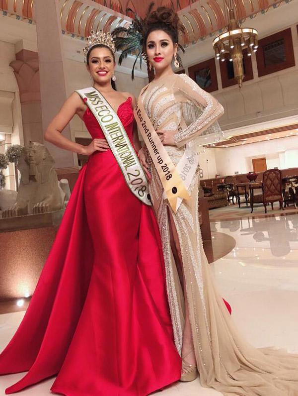 Thư Dung chụp ảnh cùng tân Hoa hậu Sinh thái Quốc tế 2018.