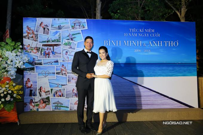Tối 28/4, vợ chồng Bình Minh - Anh Thơ tổ chức tiệc tại một trung tâm hội nghị sang trọng ở TP HCM. Cặp đôi tình tứ tạo dáng trước backdrop của buổi tiệc.