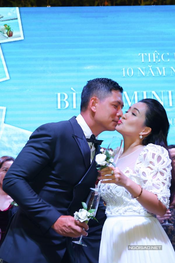 Bình Minh tình cảm hôn vợ sau khi họ cùng uống cạn ly rượu mừng.