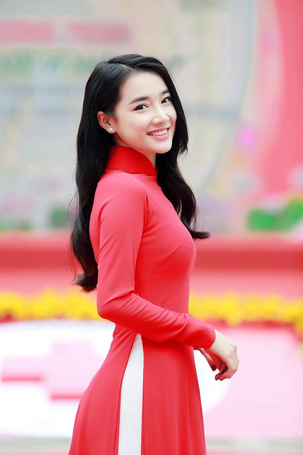 Diện áo dài đỏ, Nhã Phương nổi bật cả một góc phố. Nữ diễn viên tươi tắn tạo dáng trước ống kính.