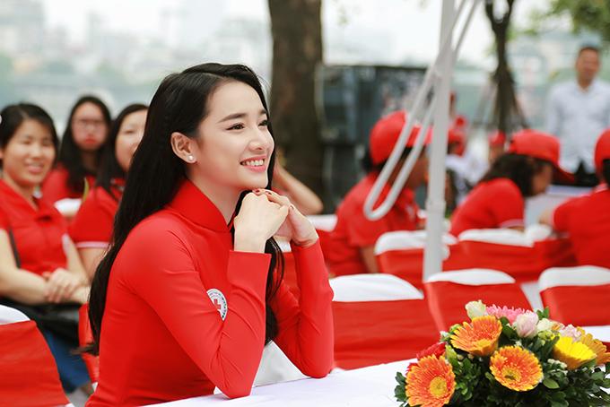 Trên hàng ghế khách mời, diễn viên Tuổi thanh xuân luôn rạng rỡ. Từ ngày xảy ra scandal của Trường Giang với Nam Em, Nhã Phương xuất hiện liên tục tại các sự kiện cả trong Nam lẫn ngoài Bắc, cho thấy chuyện đời tư không ảnh hưởng gì đến công việc của cô.