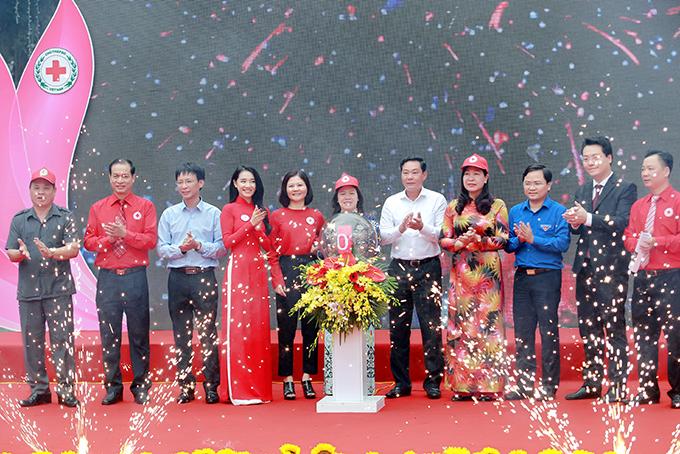 Tại sự kiện hôm qua, Nhã Phương được mời lên sân khấu phát động chiến dịch Chung sức vì nhân đạo. Sau đó cô cùng mọi người tham gia các hoạt động sôi nổi ở phố đi bộ.