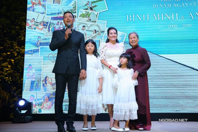Tại buổi tiệc, người đầu tiên mà Bình Minh mời lên sân khấu nói lời cảm ơn là mẹ vợ.