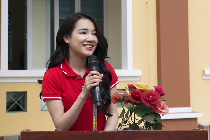 Sau đó vài ngày, Nhã Phương có chuyến công tác ở Cao Bằng để dự buổi lễ ký kết Chương trình phối hợp thực hiện các hoạt động xã hội, nhân đạo giai đoạn 2018 - 2022 và ra mắt Đại sứ chương trình nhắn tin Đồng hành cùng phụ nữ biên cương. Tiếp đó, cô đi thăm các hộ gia đình khó khăn để động viên tinh thần.