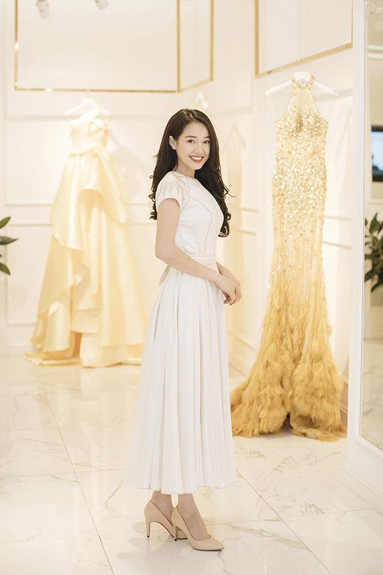 Trở về từ miền Bắc, Nhã Phương đi thử đồ để chuẩn bị dự show thời trang Xuân - Hè 2018 của Lê Thanh Hoà.