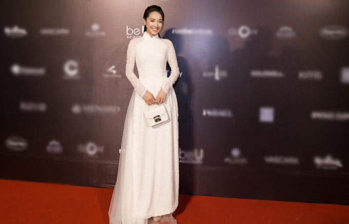 Tối 21/4, Nhã Phương trở về TP HCM, mặc áo dài trắng như nữ sinh, một mình đi xem show thời trang của nhà thiết kế Bảo Bảo tại Tuần lễ Thời trang Quốc tế Việt Nam 2018.